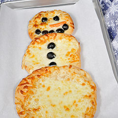 http://www.bridgford.com/bread/wp-content/uploads/2015/12/snowman-pizza-240x240.jpg